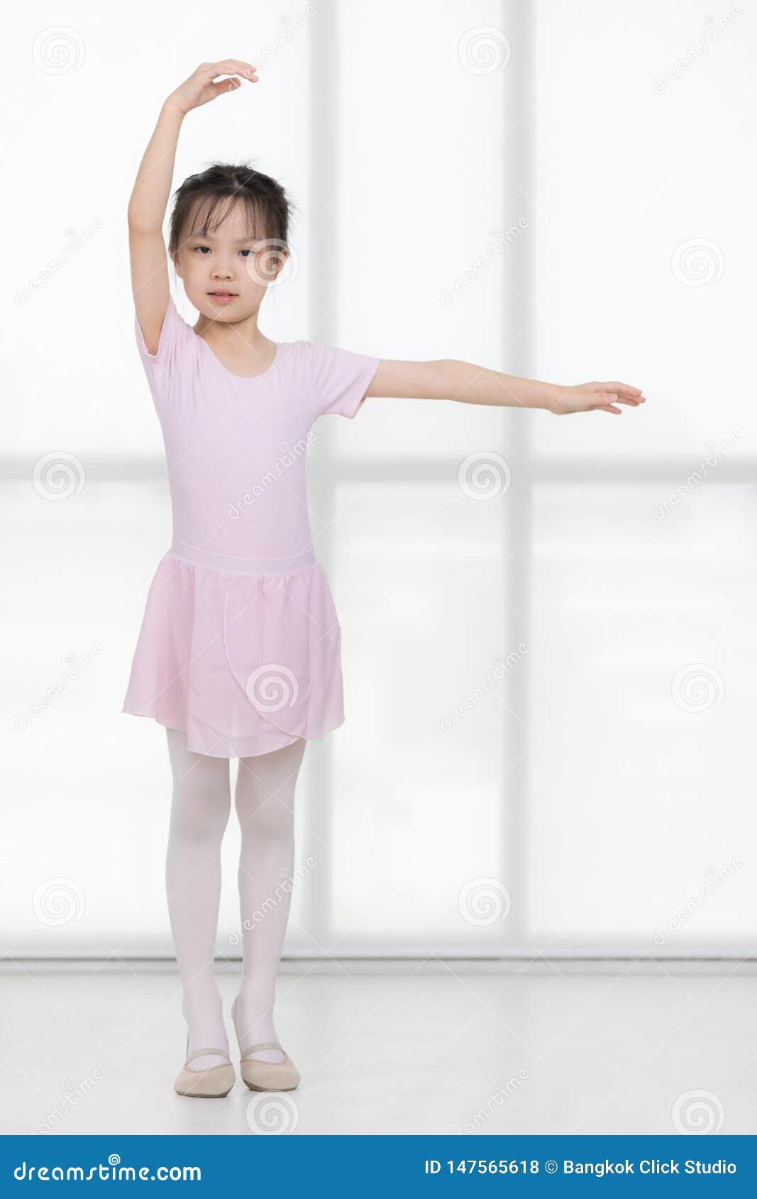 Пинк одел азиатскую девушку в представлении балета
