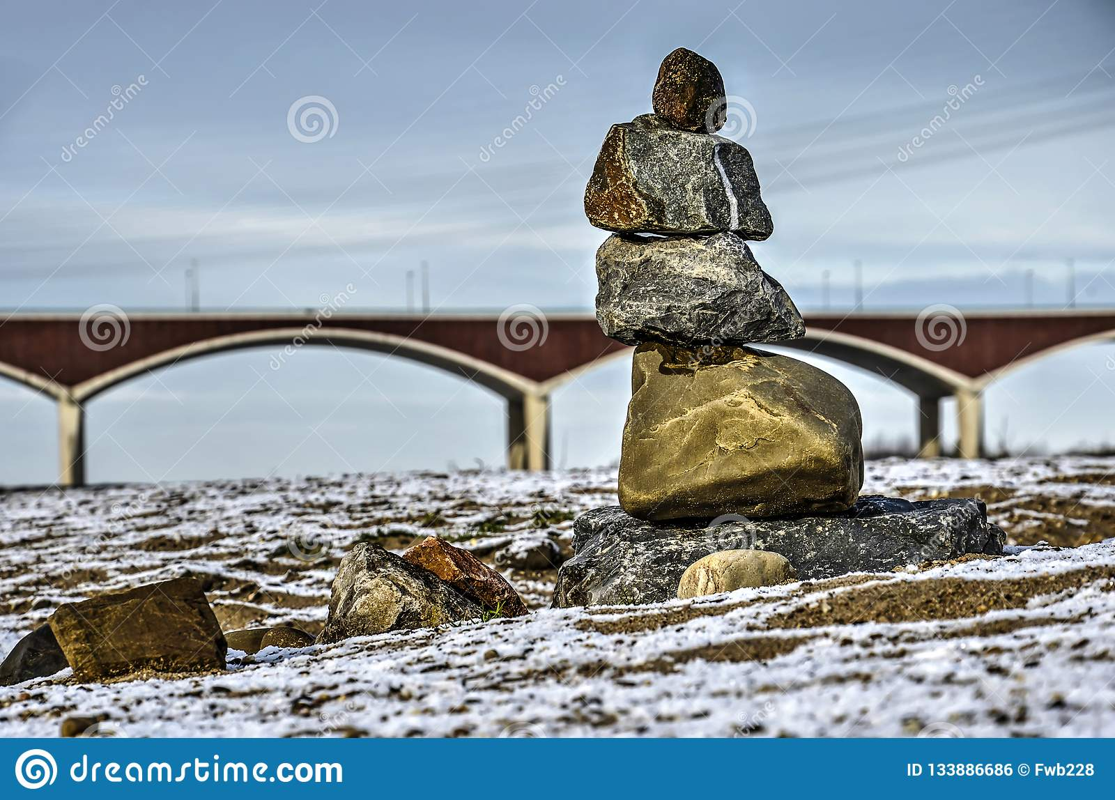 Пирамида из камней и мост на пойме