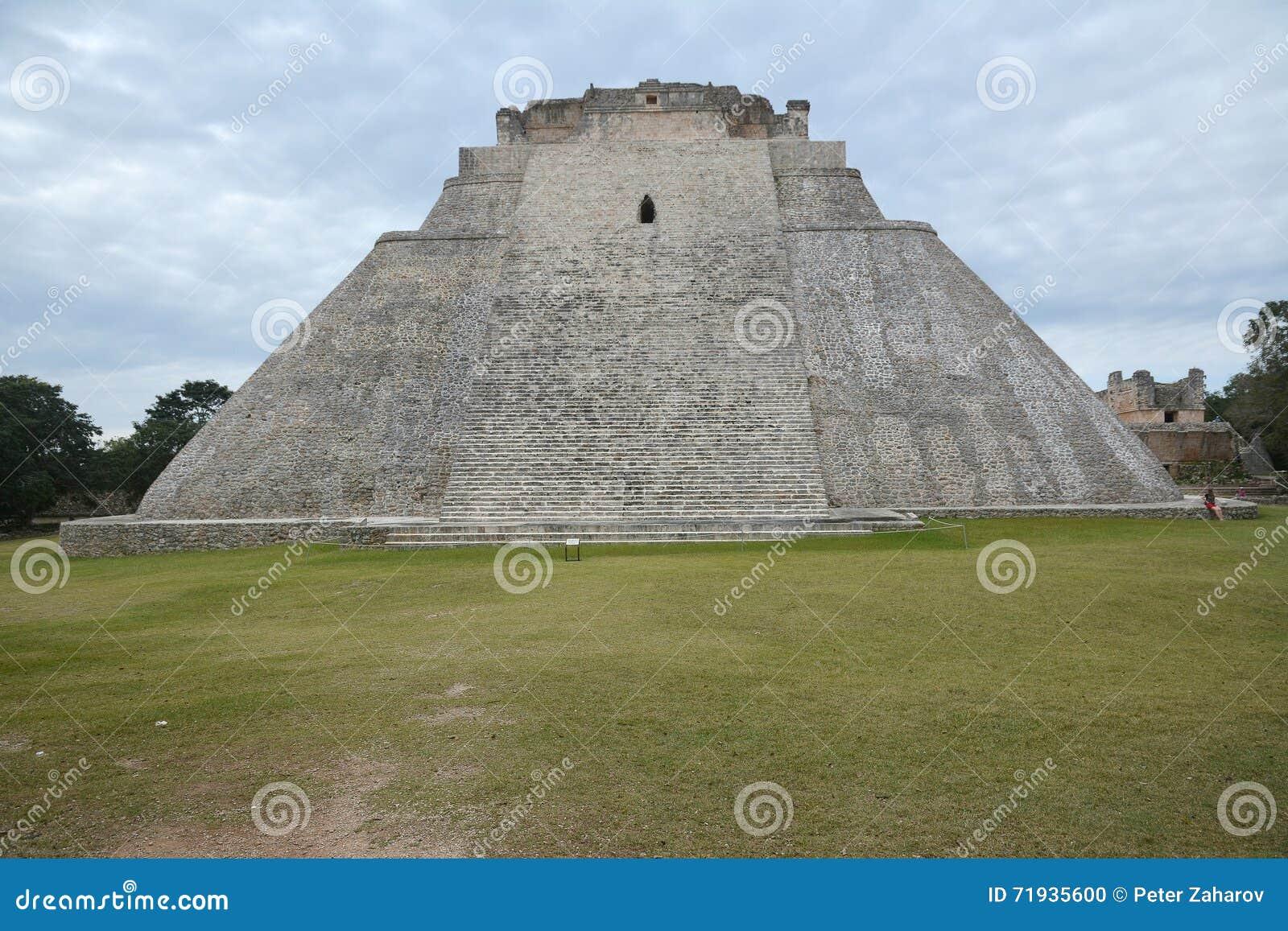Пирамида волшебника, Uxmal, полуострова Юкатан, Мексики