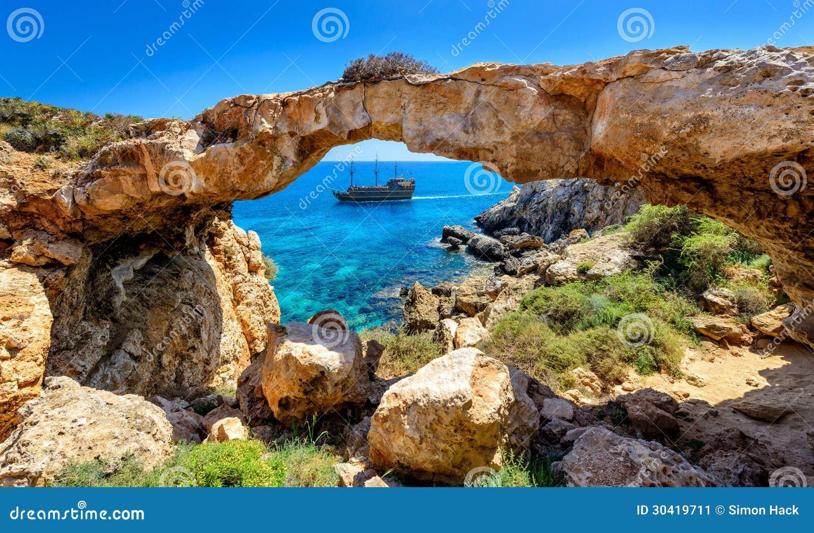 Пиратский корабль через свод утеса, Кипр