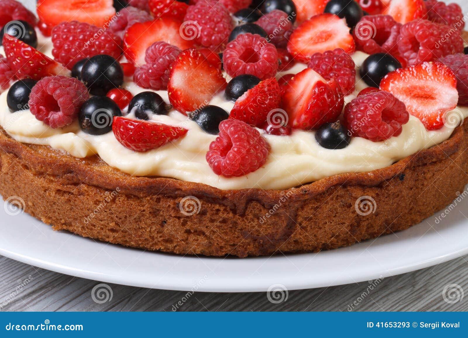 Пирог с клубниками, полениками и смородинами и сливк