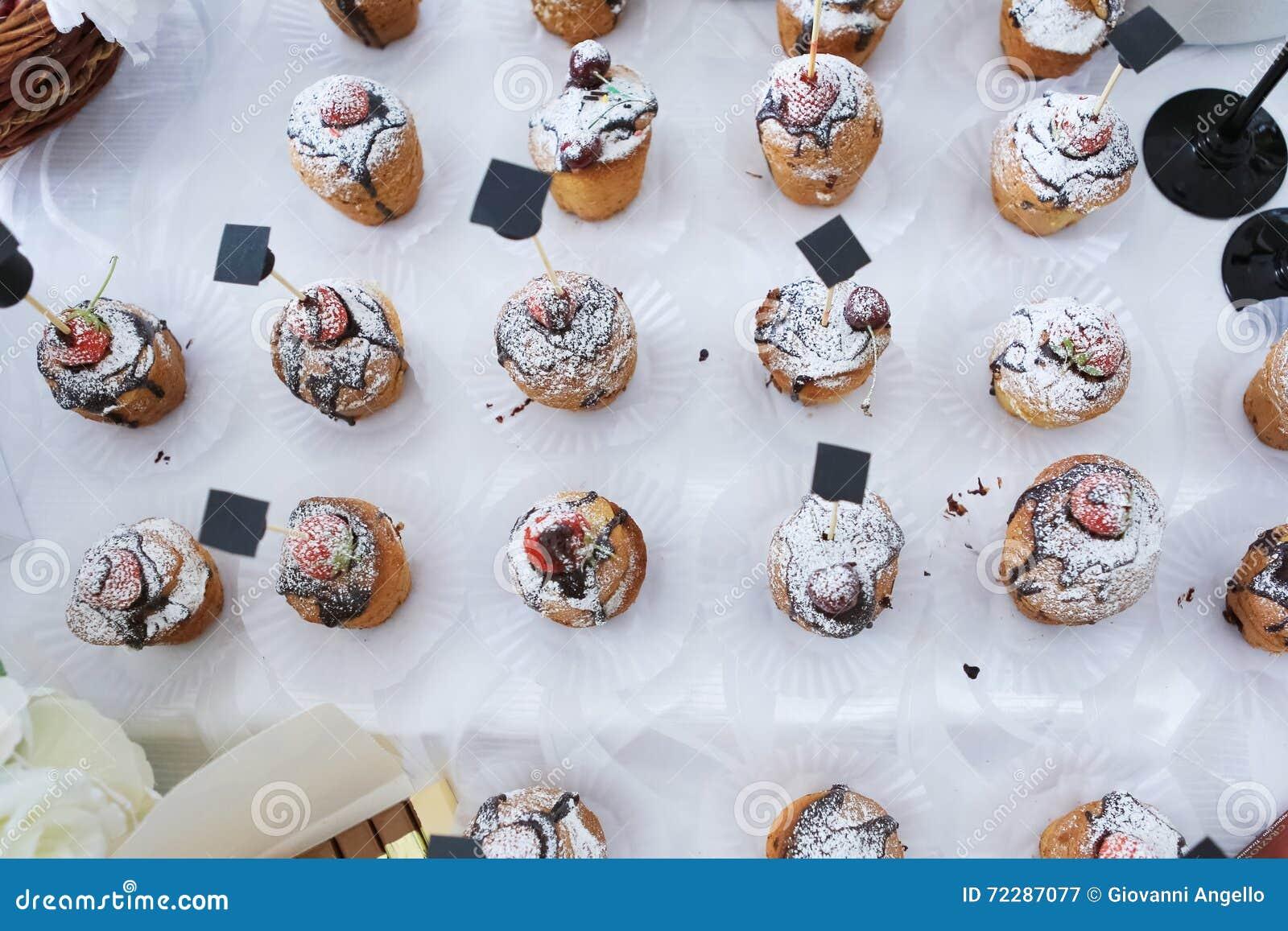 Download Пирожное и клубника замороженные шоколадом Стоковое Изображение - изображение насчитывающей gould, dotted: 72287077