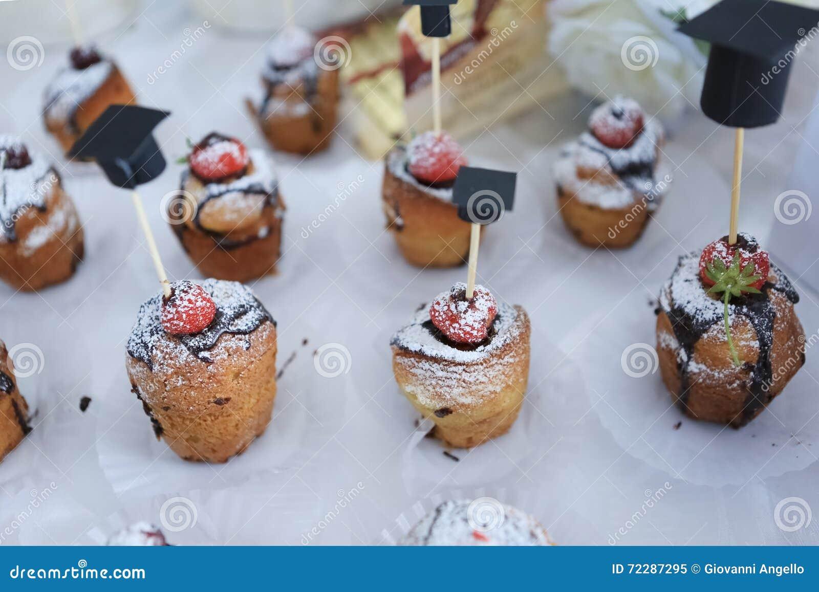 Download Пирожное и клубника замороженные шоколадом Стоковое Изображение - изображение насчитывающей десерт, шоколад: 72287295