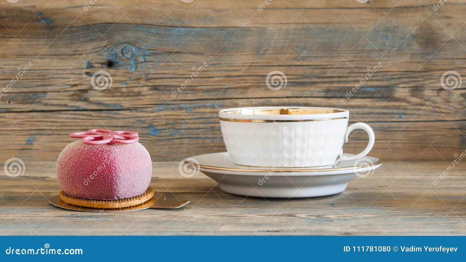 Пирожное на деревянном столе
