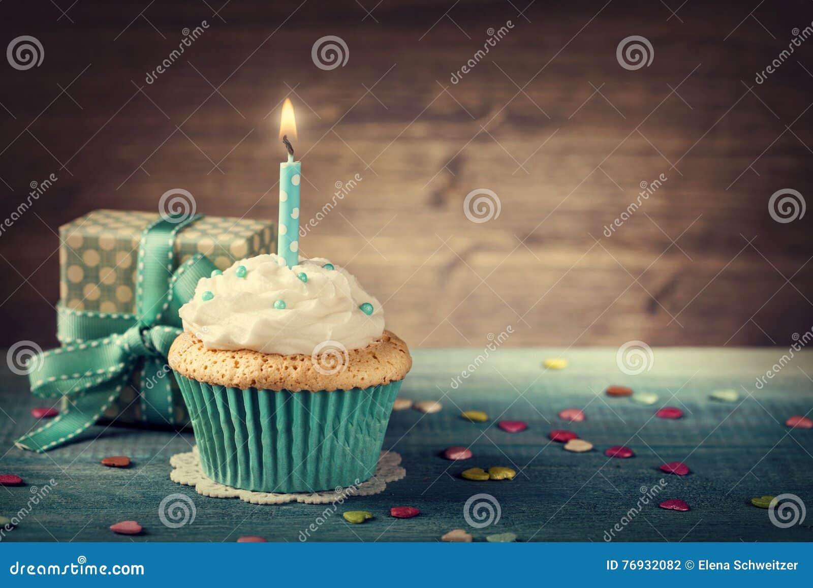 Пирожное с свечой дня рождения