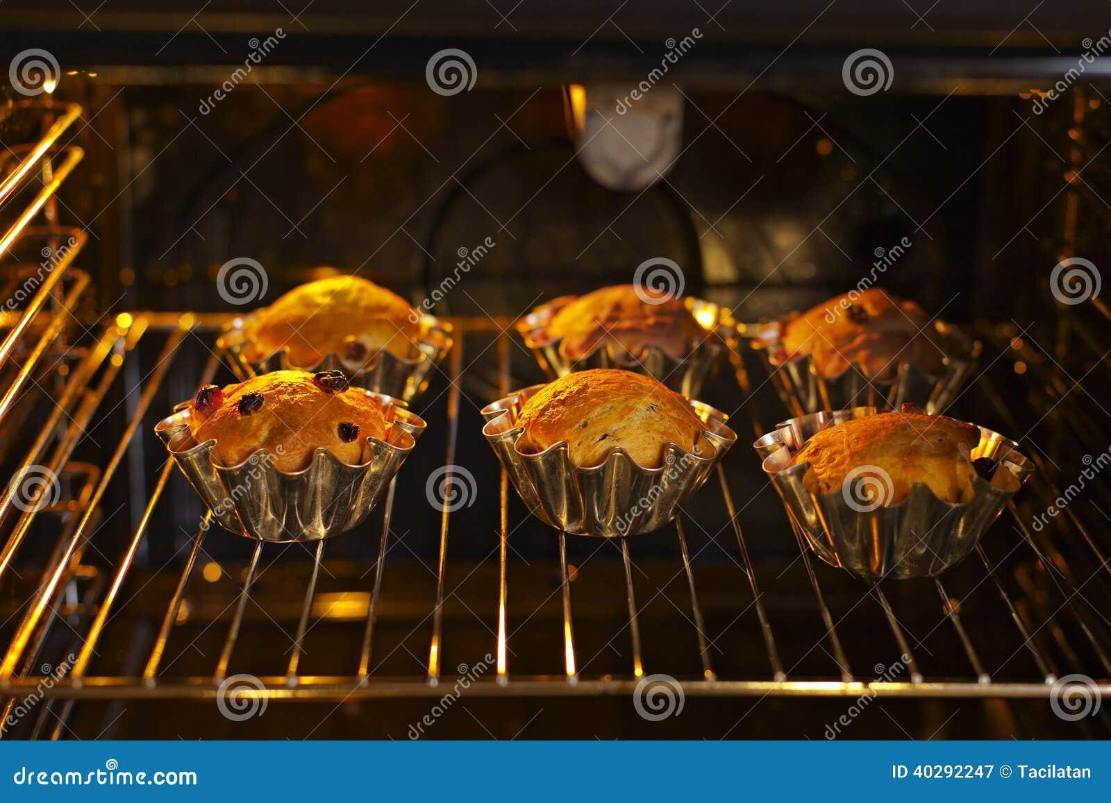 Пирожные выпечки с изюминками
