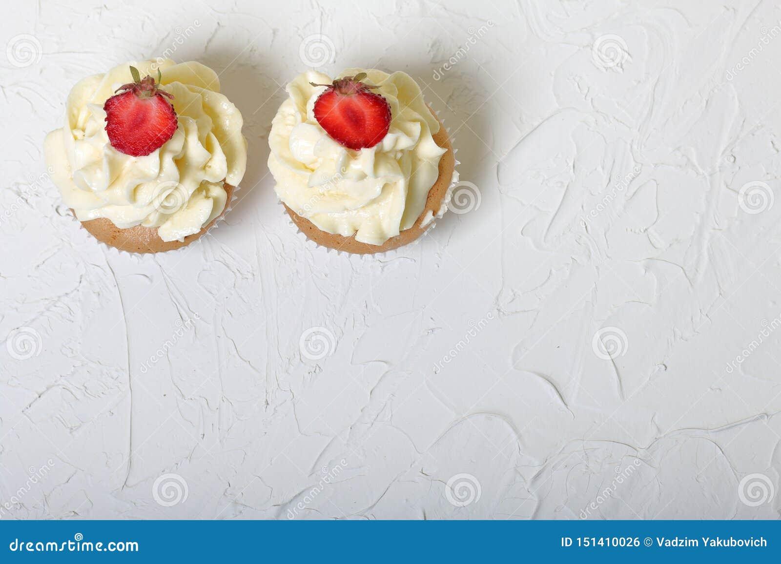 Пирожные с клубниками и сливк масла