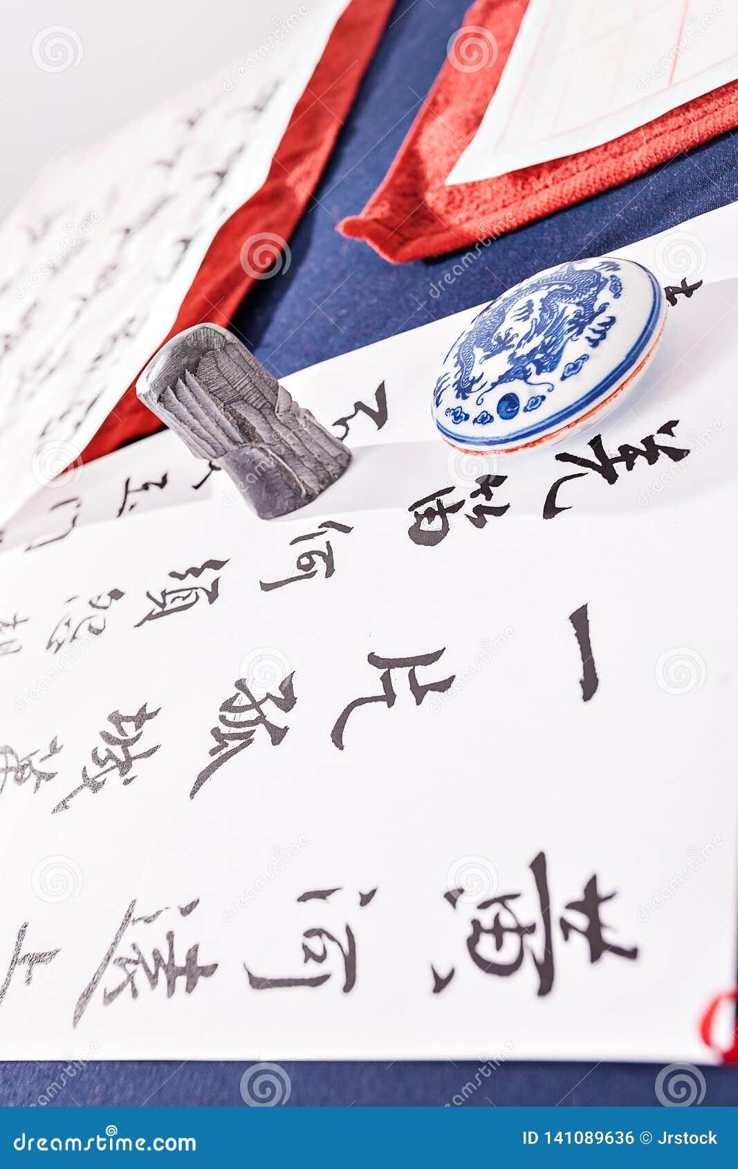 Письма нарисованные на белой бумаге на таблице