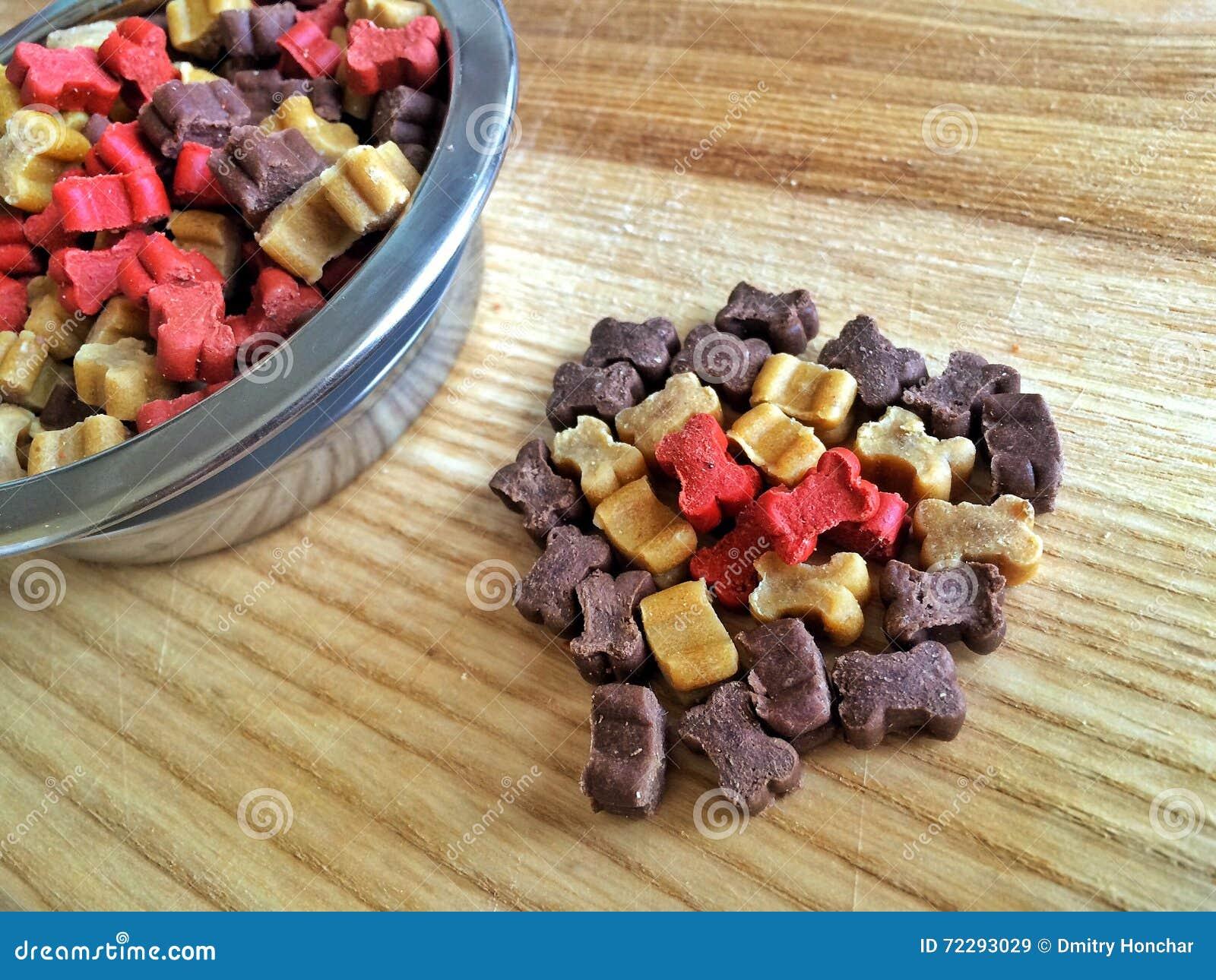 Download Питание собаки стоковое изображение. изображение насчитывающей собаки - 72293029