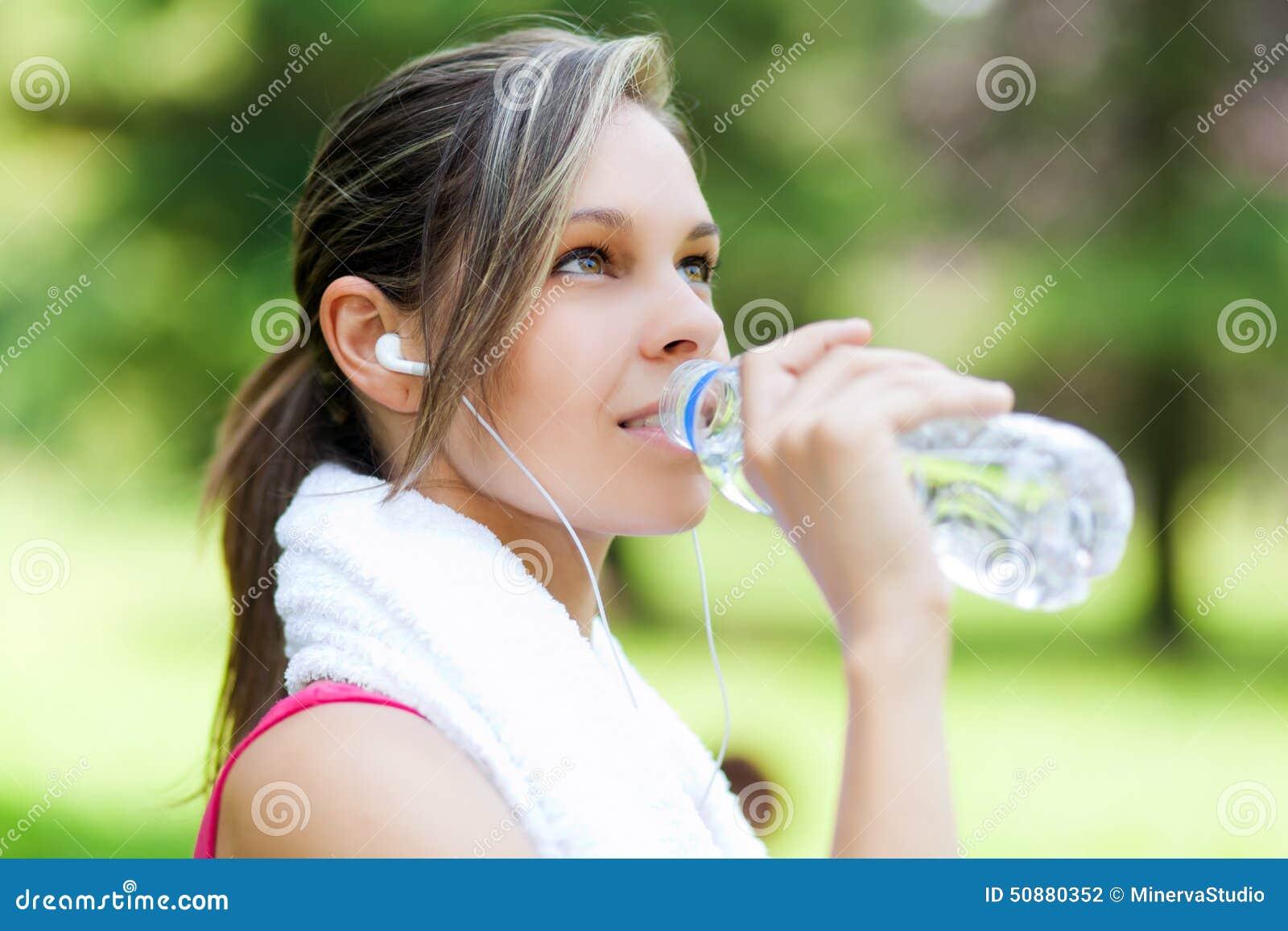 Питьевая вода женщины после бежать