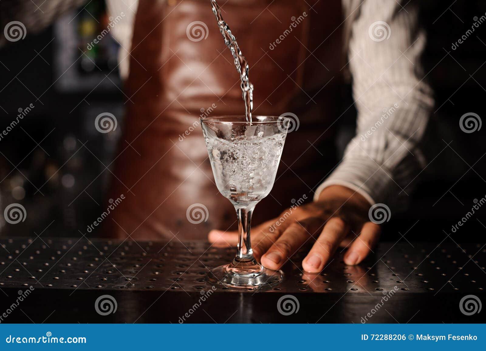Download Питье брызгает из стекла стоковое фото. изображение насчитывающей alchemy - 72288206