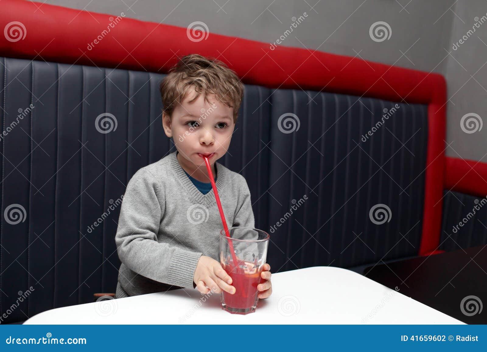 Питье плодоовощ мальчика выпивая