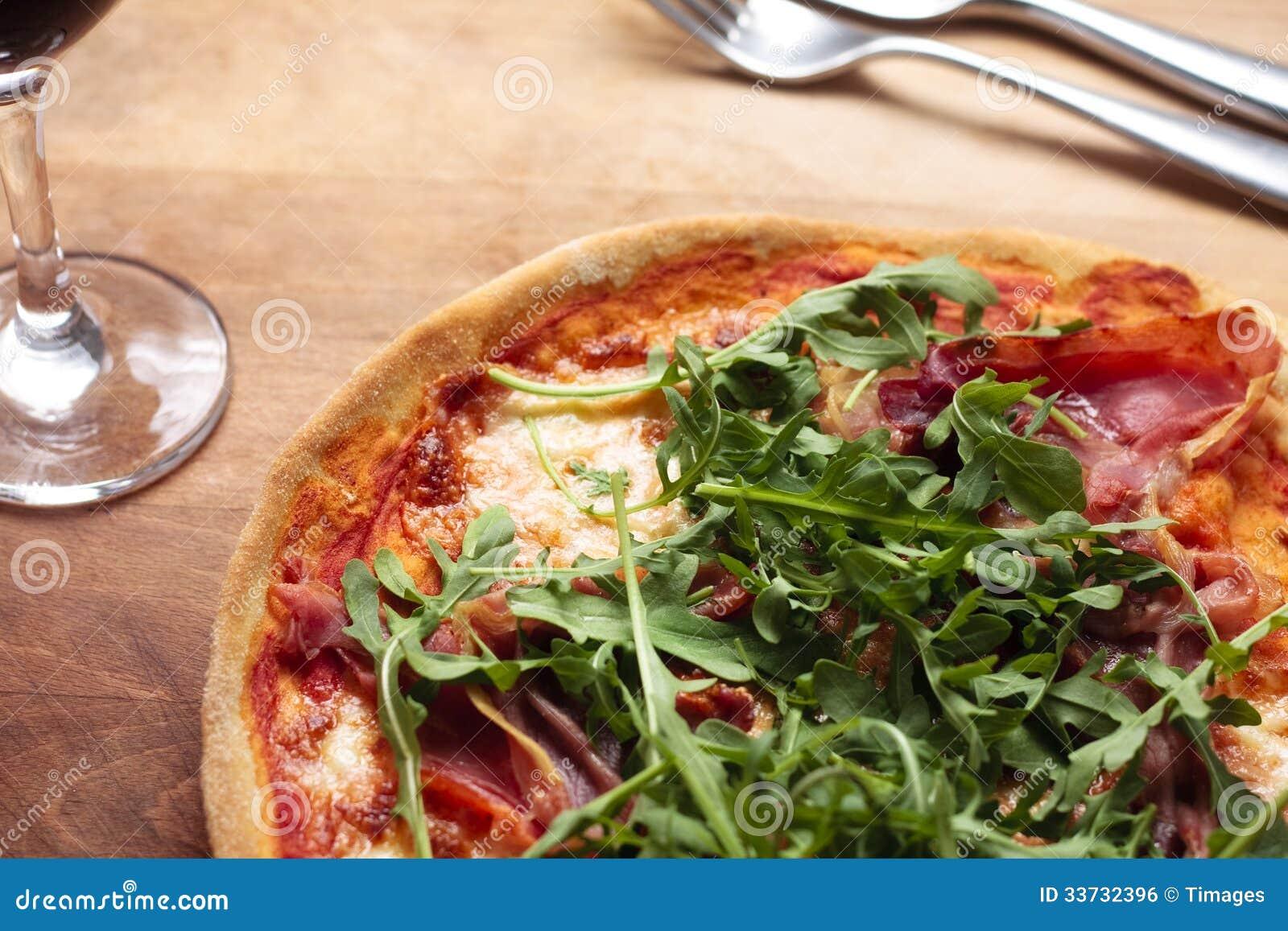 Пицца ветчины и ракеты