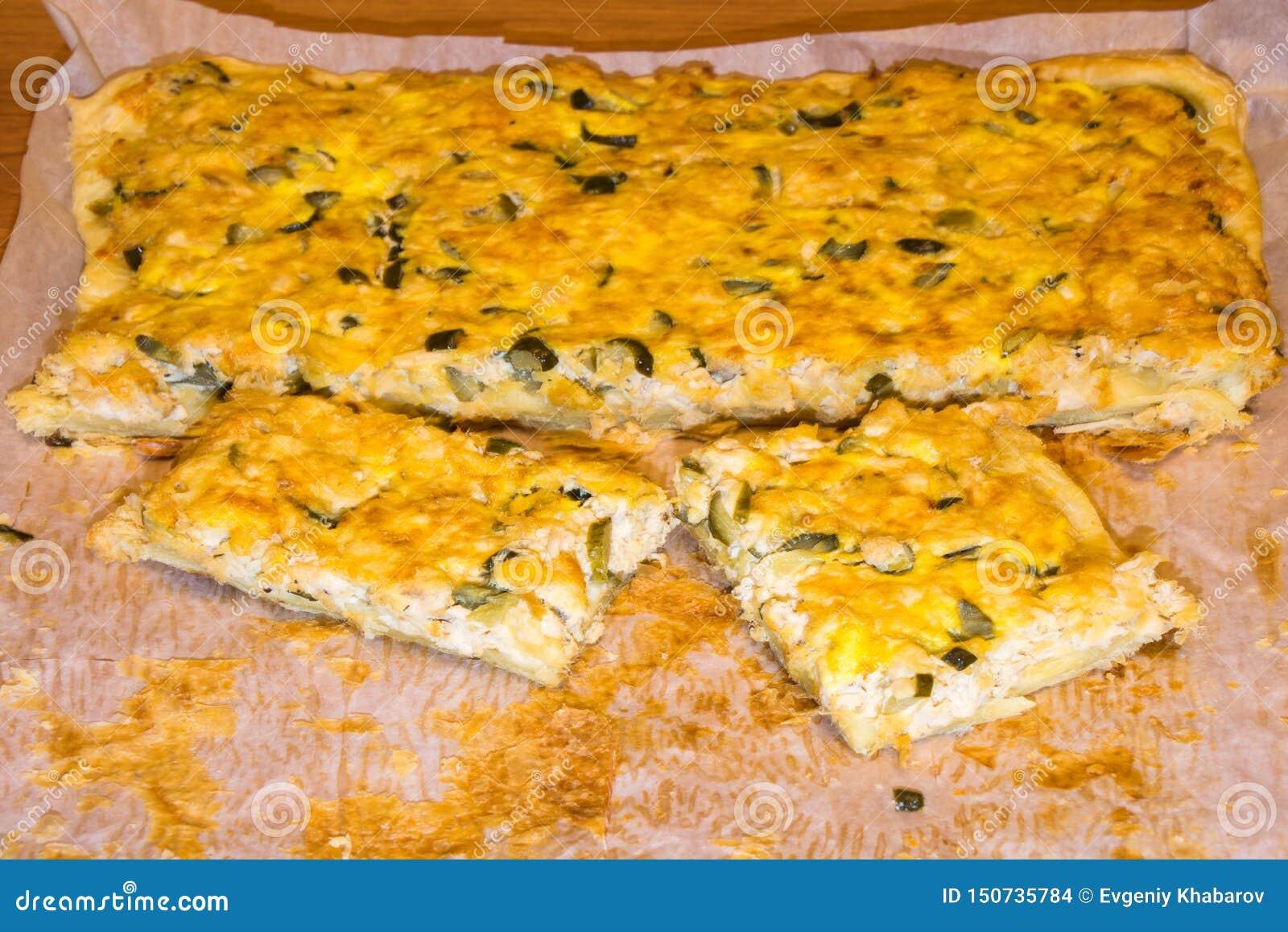 Пицца с цыпленком и соленья на белой бумаге Домодельная еда