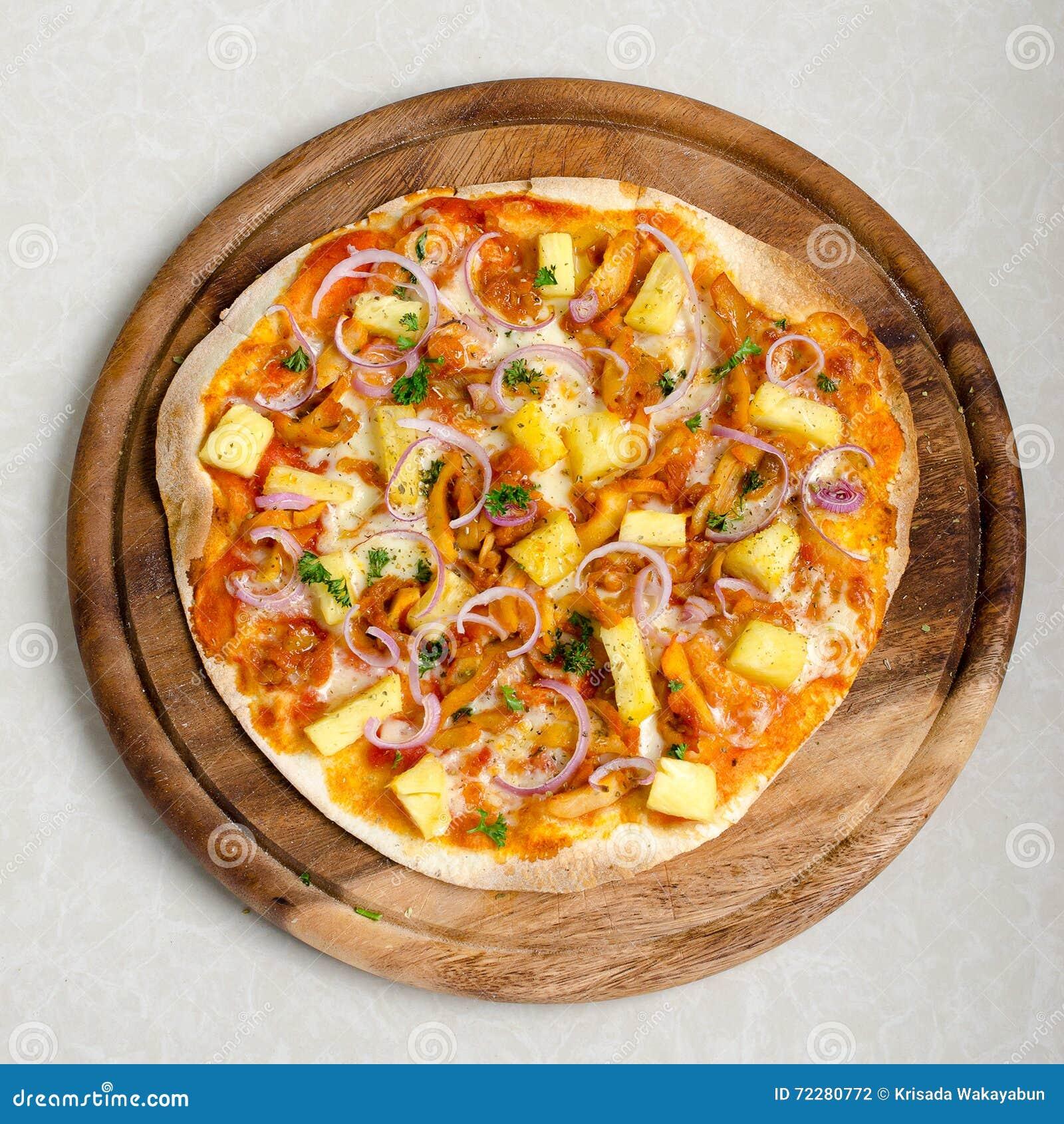 Download Пицца BBQ гаваиского цыпленка итальянская на деревянном блюде Стоковое Фото - изображение насчитывающей цыпленок, вкусно: 72280772