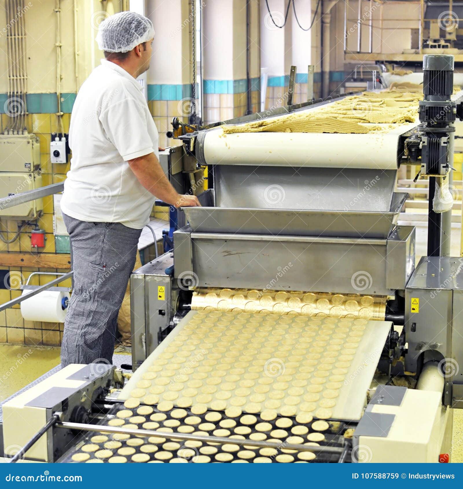 Пищевая промышленность - продукция печенья в фабрике на транспортере