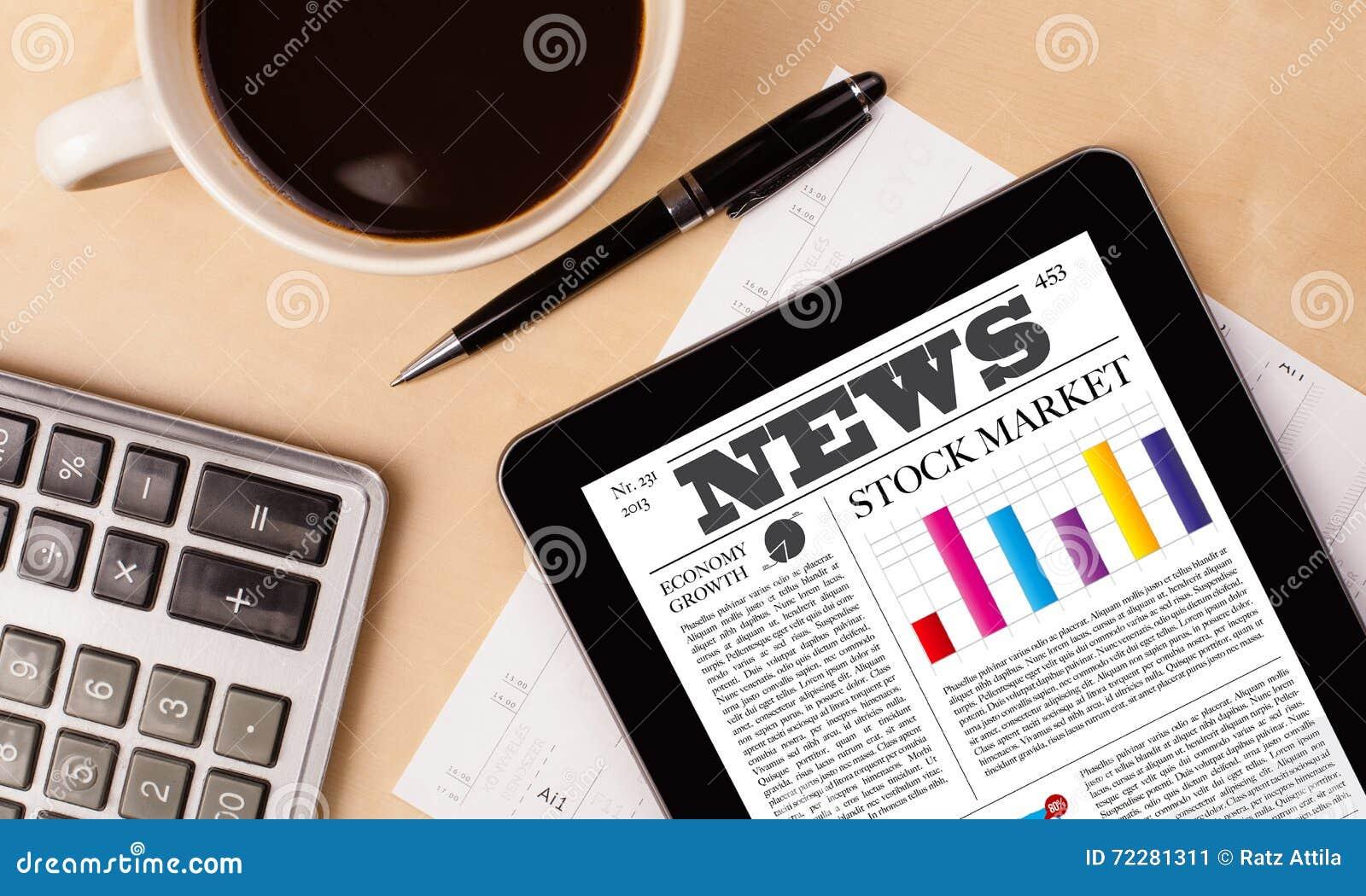 Download ПК таблетки показывает новости на экране с чашкой кофе на столе Стоковое Изображение - изображение насчитывающей интернет, дисплей: 72281311