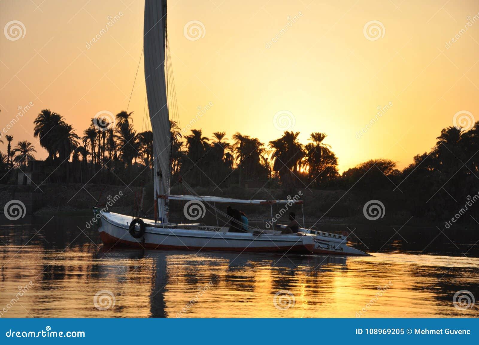 Плавание шлюпки на Ниле на заходе солнца, Луксоре, египетском