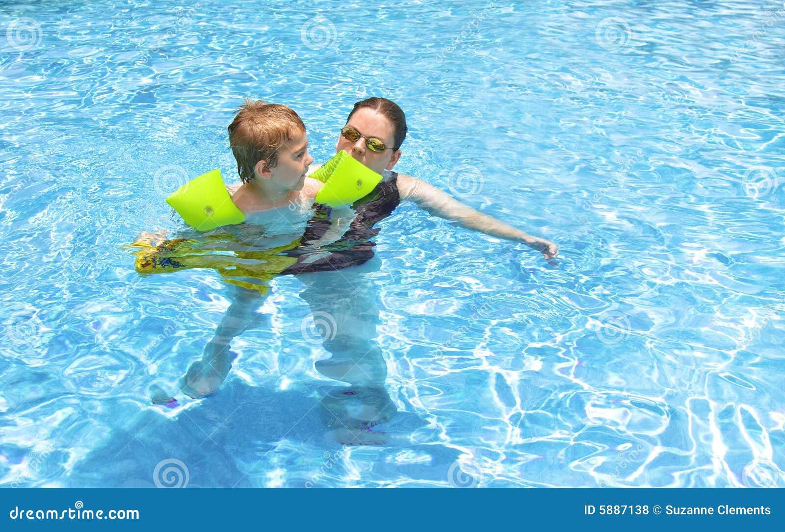плавать совместно