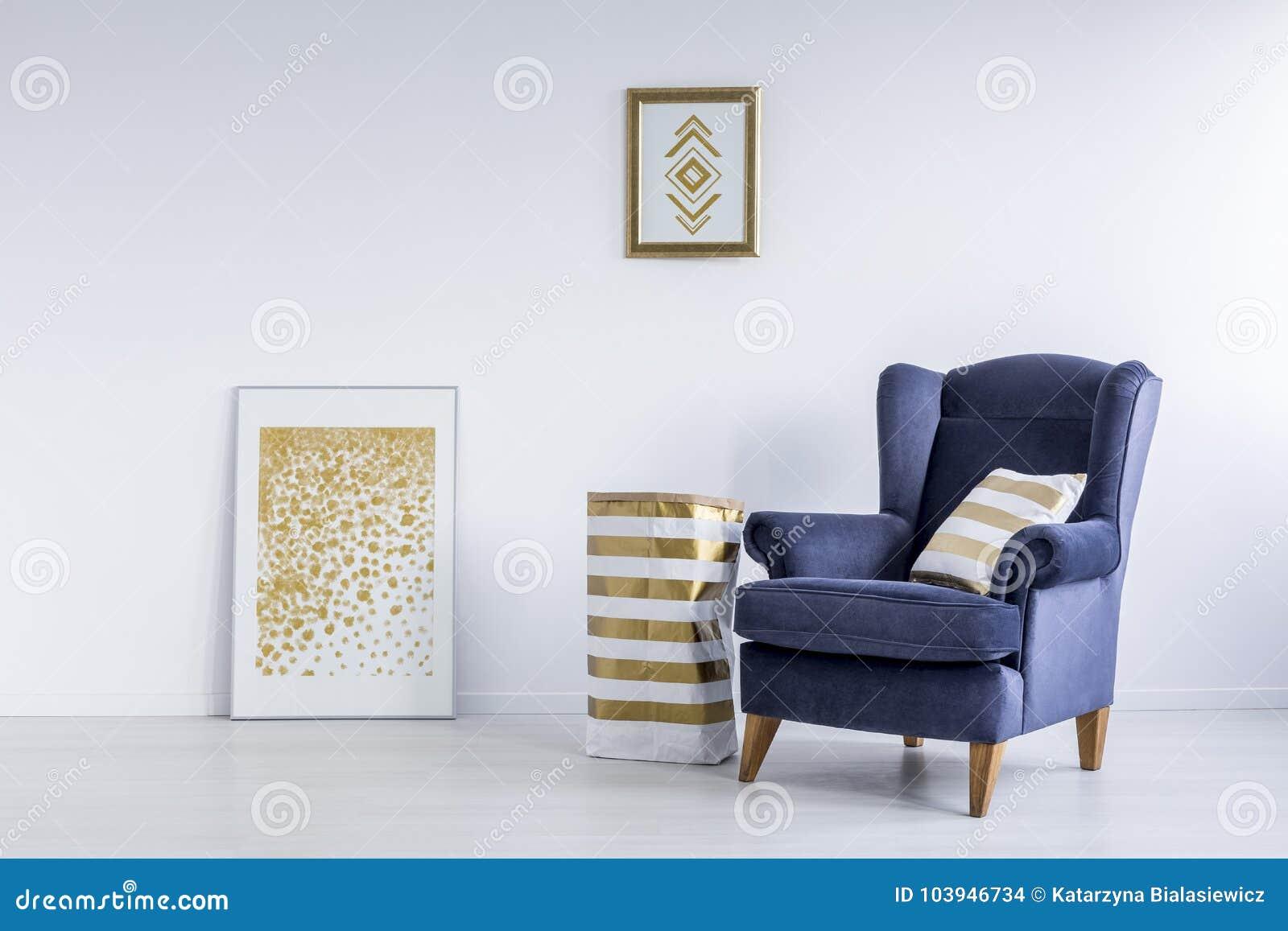Плакаты в светлой комнате