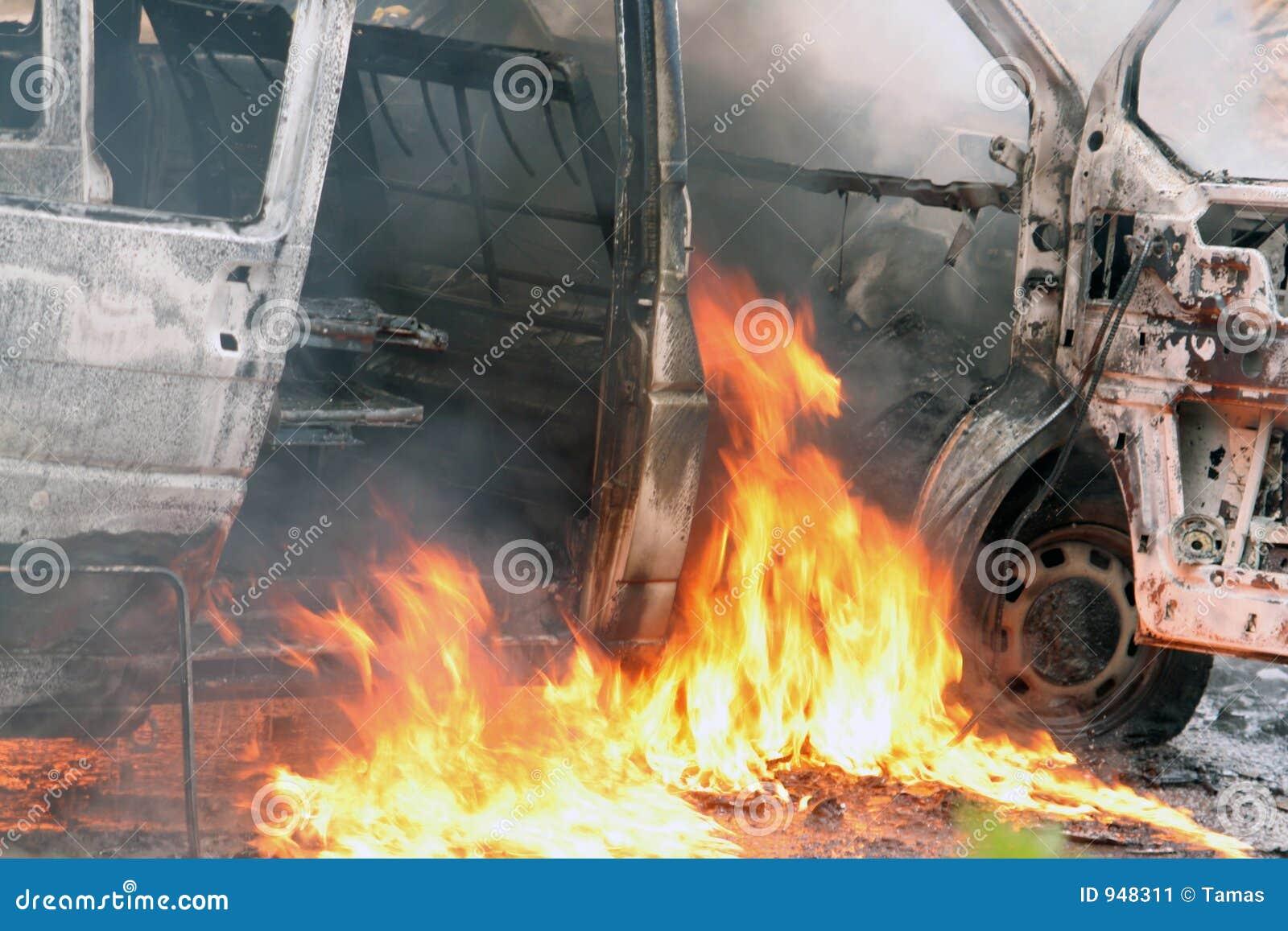 пламена автомобиля аварии