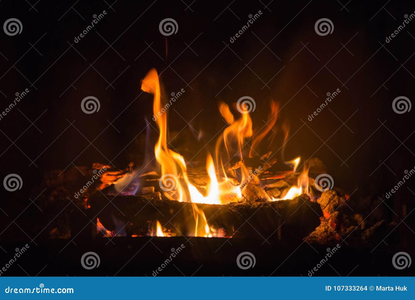 Пламена огня с золой в камине