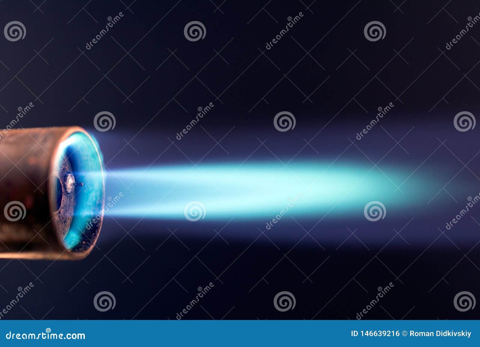 Пламя факела газа голубое