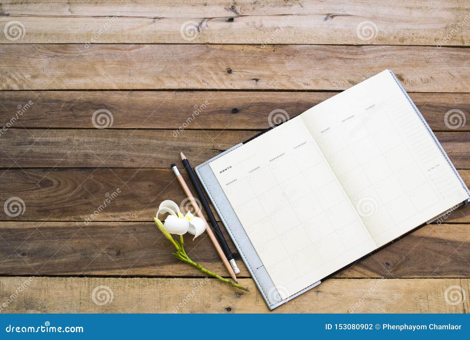 Плановик тетради для работы дела на столе офиса