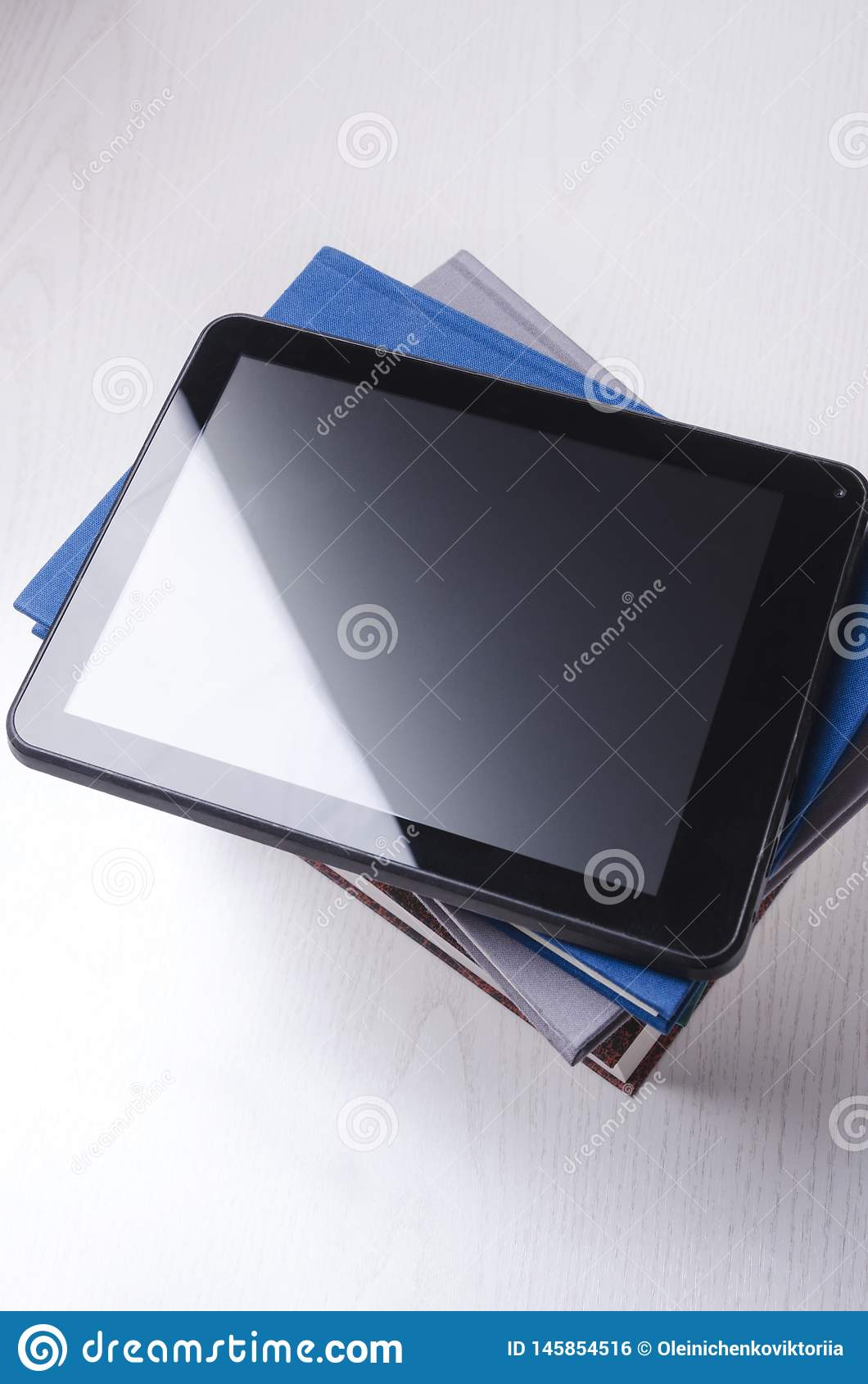 Планшет поверх книг Концепция обучения по Интернету, тренировки расстояния и чтения онлайн