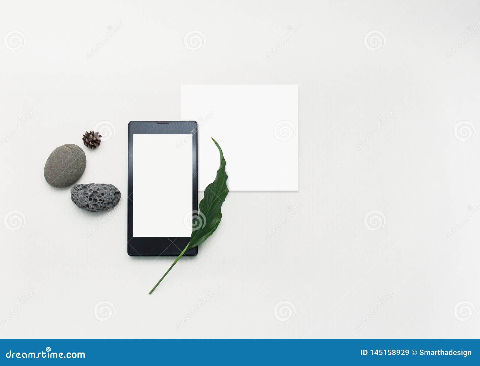 План мобильного телефона модель-макета творческий Плоский положенный смартфон, пустая бумага примечания Белая предпосылка таблицы