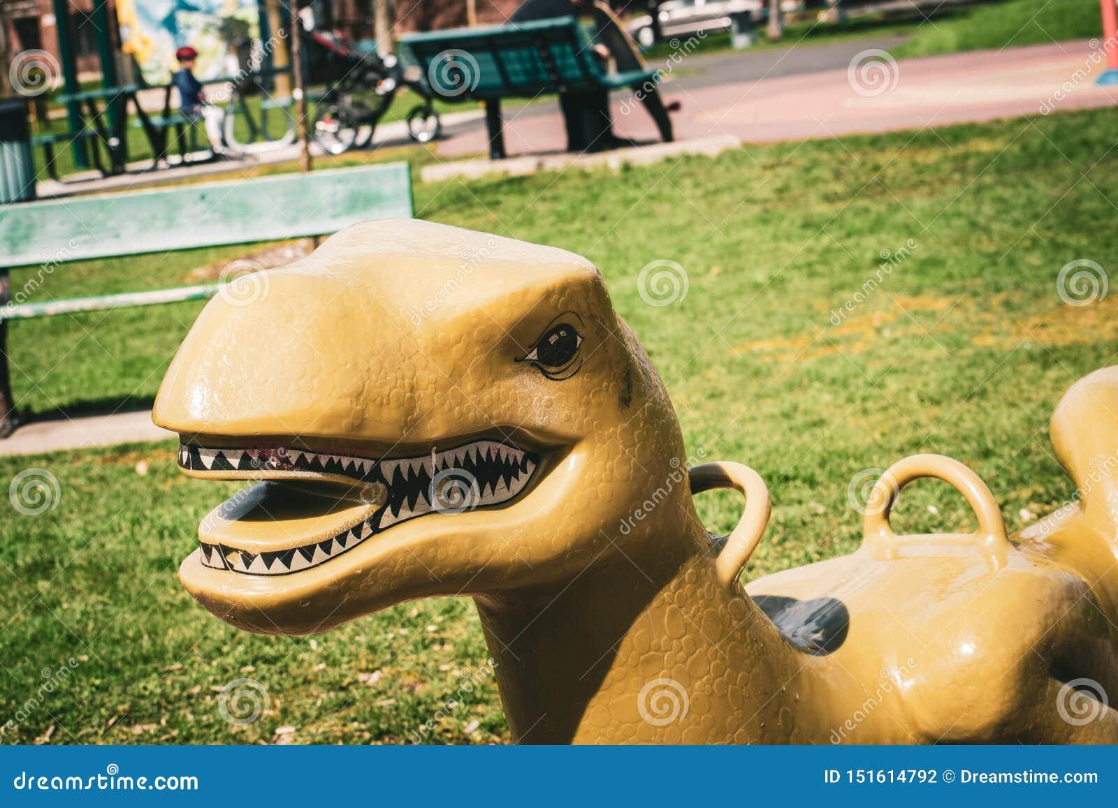 Пластиковое качание динозавра в спортивной площадке