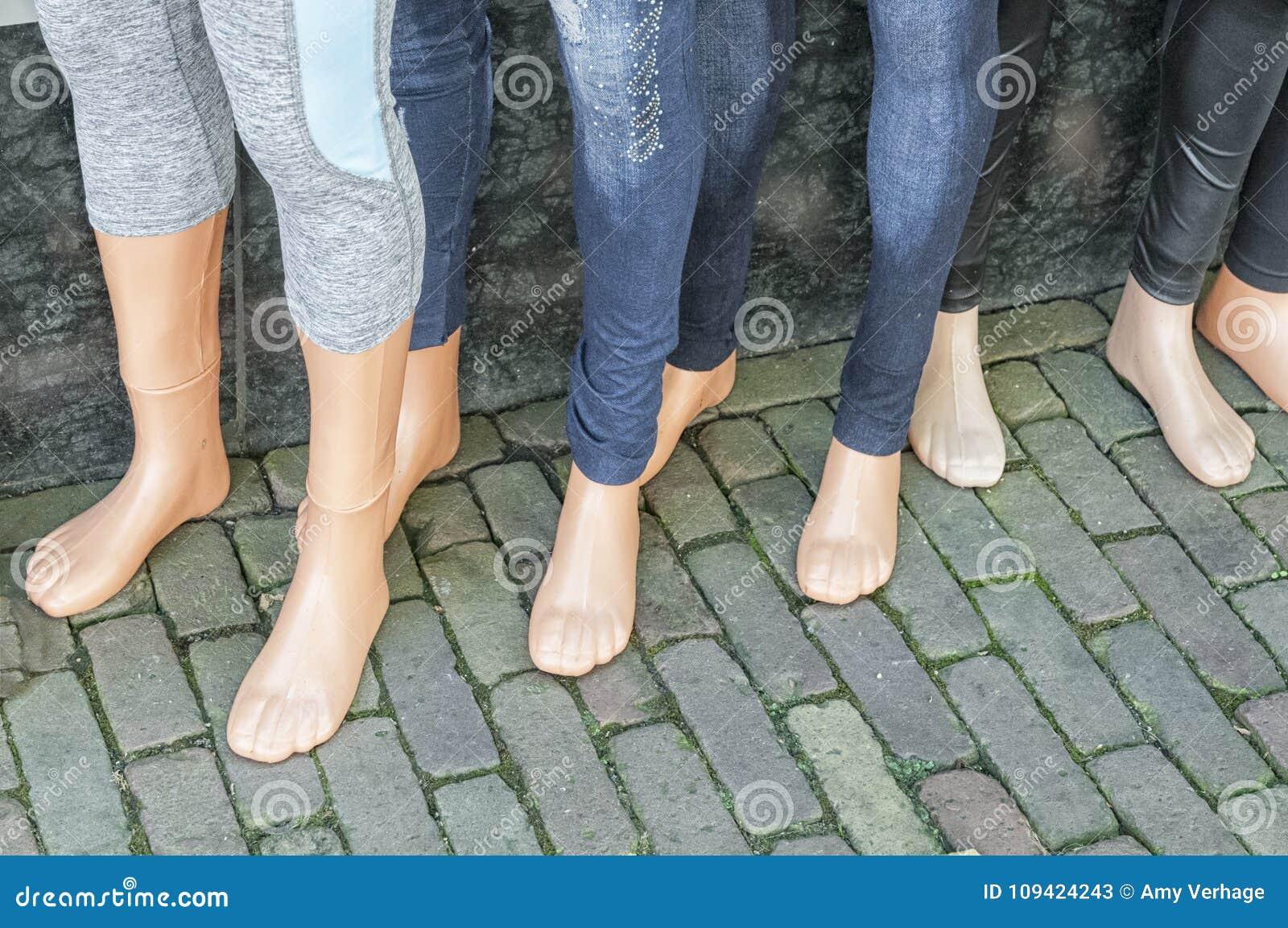 Пластичные ноги куклы