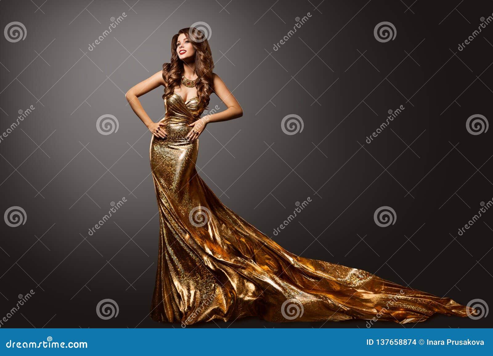 Платье золота женщины, мантия фотомодели с поездом длинного хвоста, портретом красоты
