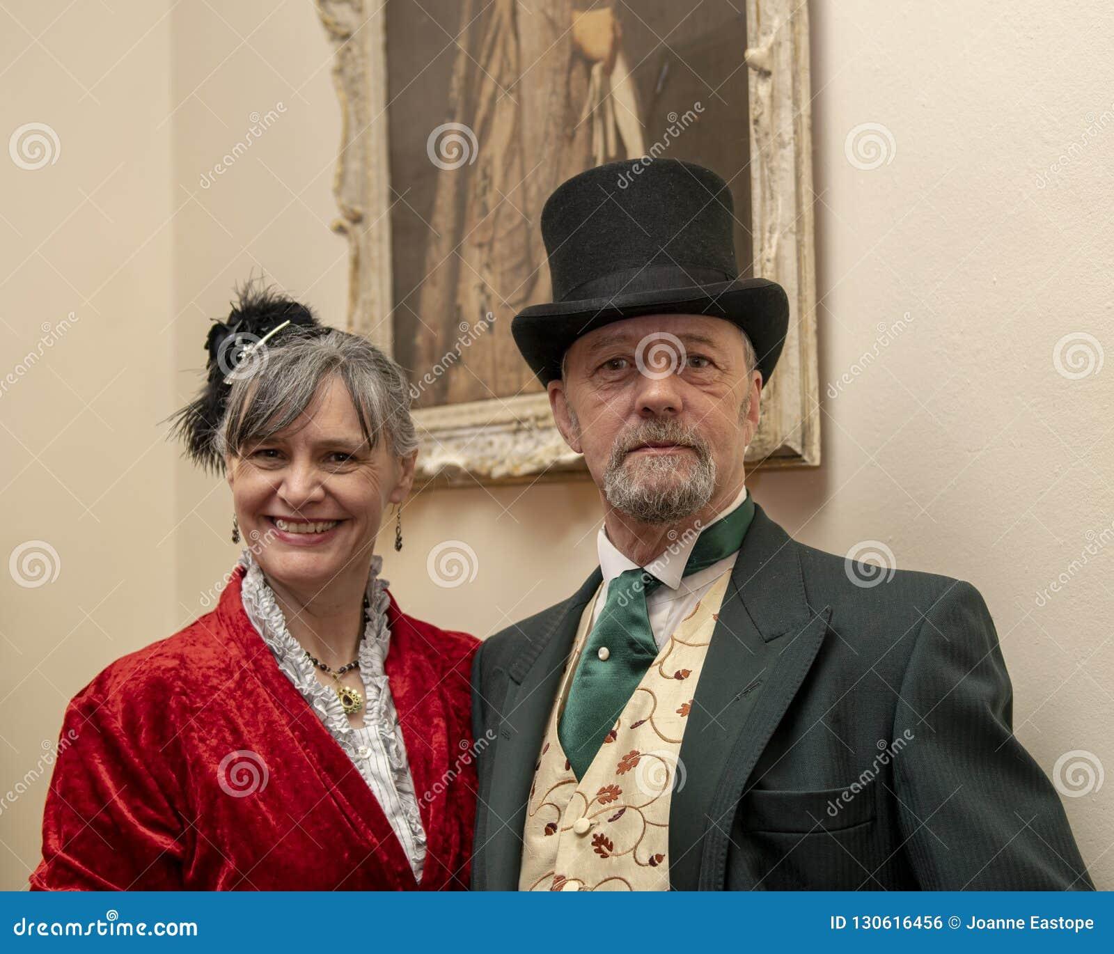 Платье пар в викторианском костюме
