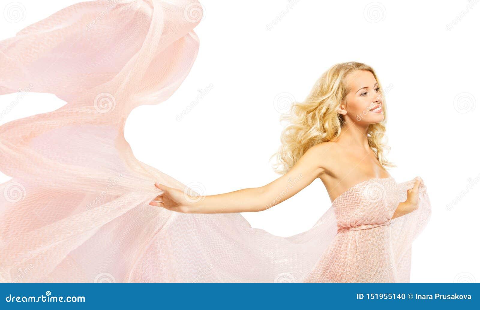 Платье пинка фотомодели, женщина в развевая ткани мантии, портрете красоты на белизне