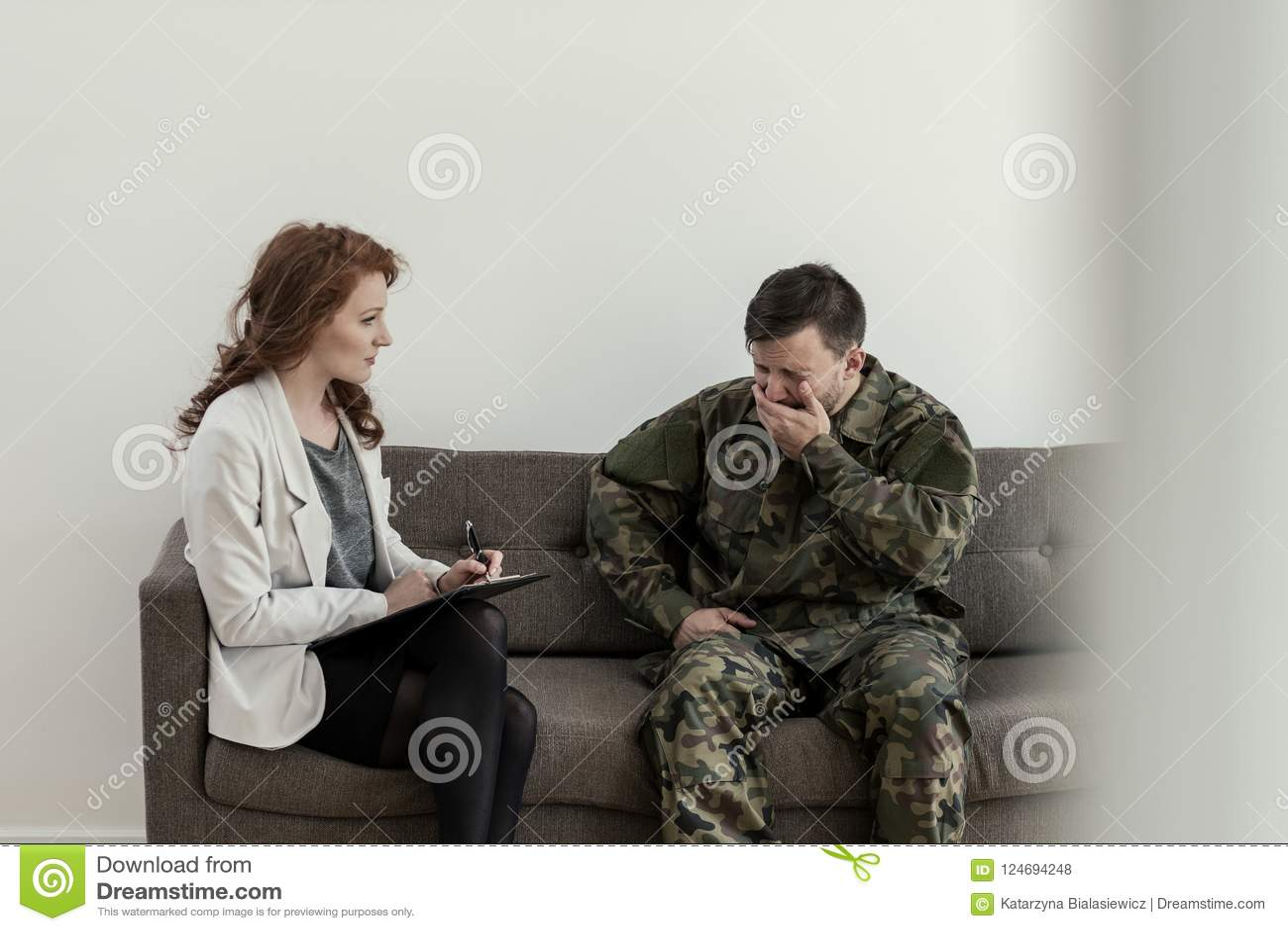 Плача солдат в зеленой форме во время консультации с психологом