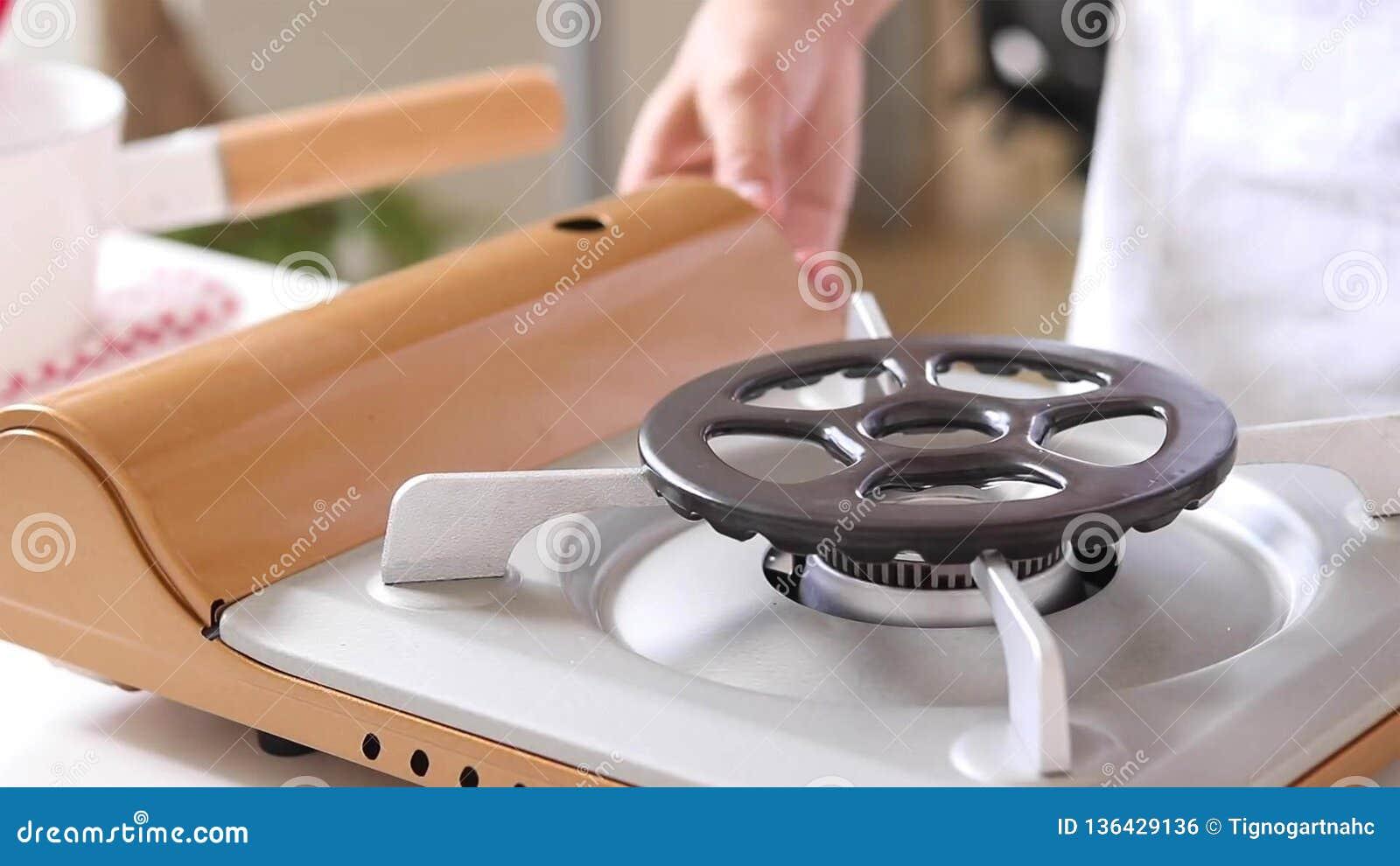 Плита газа кухни с горя газом пропана огня