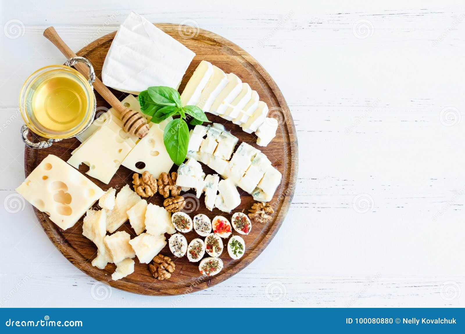 Плита с различным видом сыра