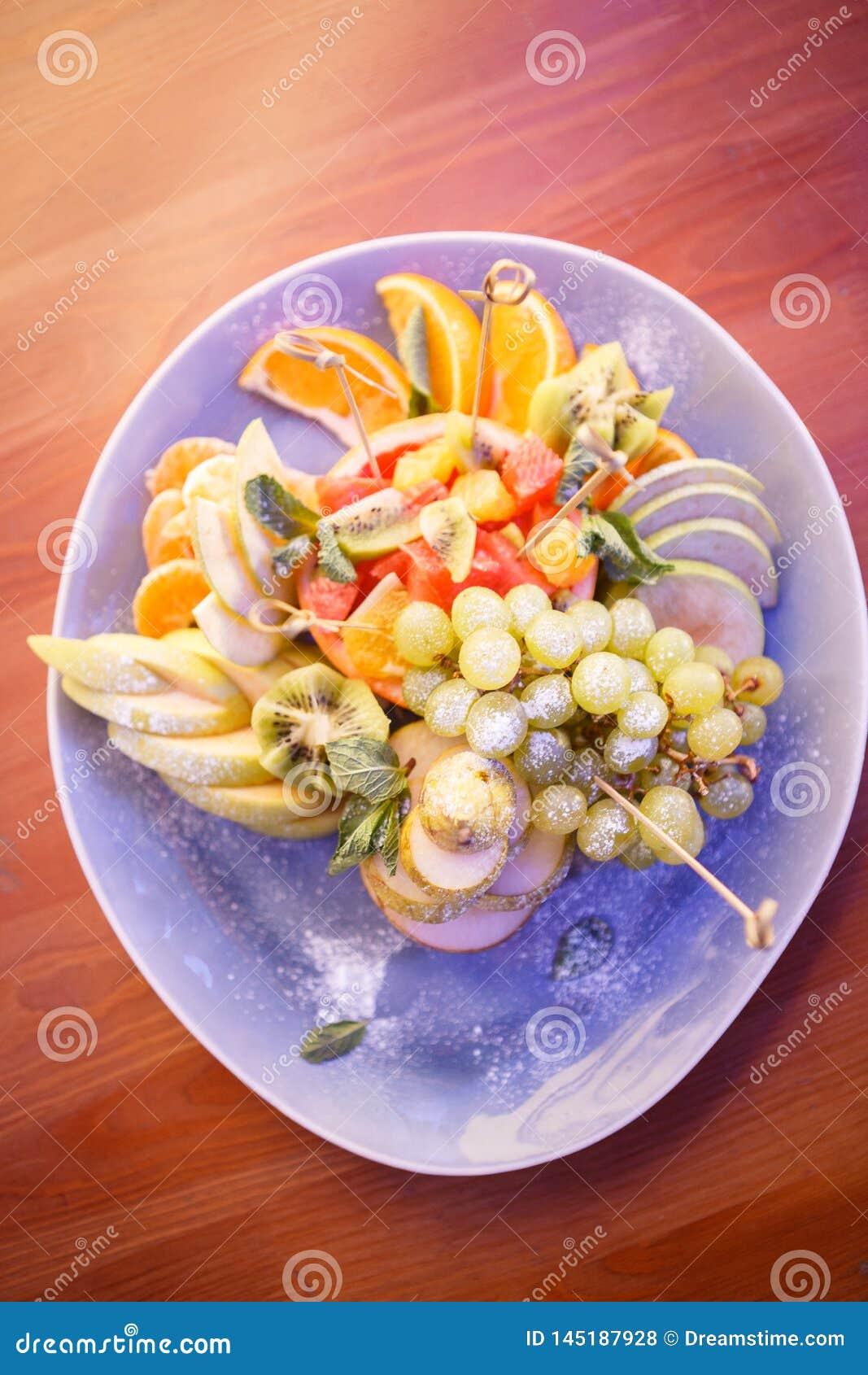 Плита с ягодами и плодами