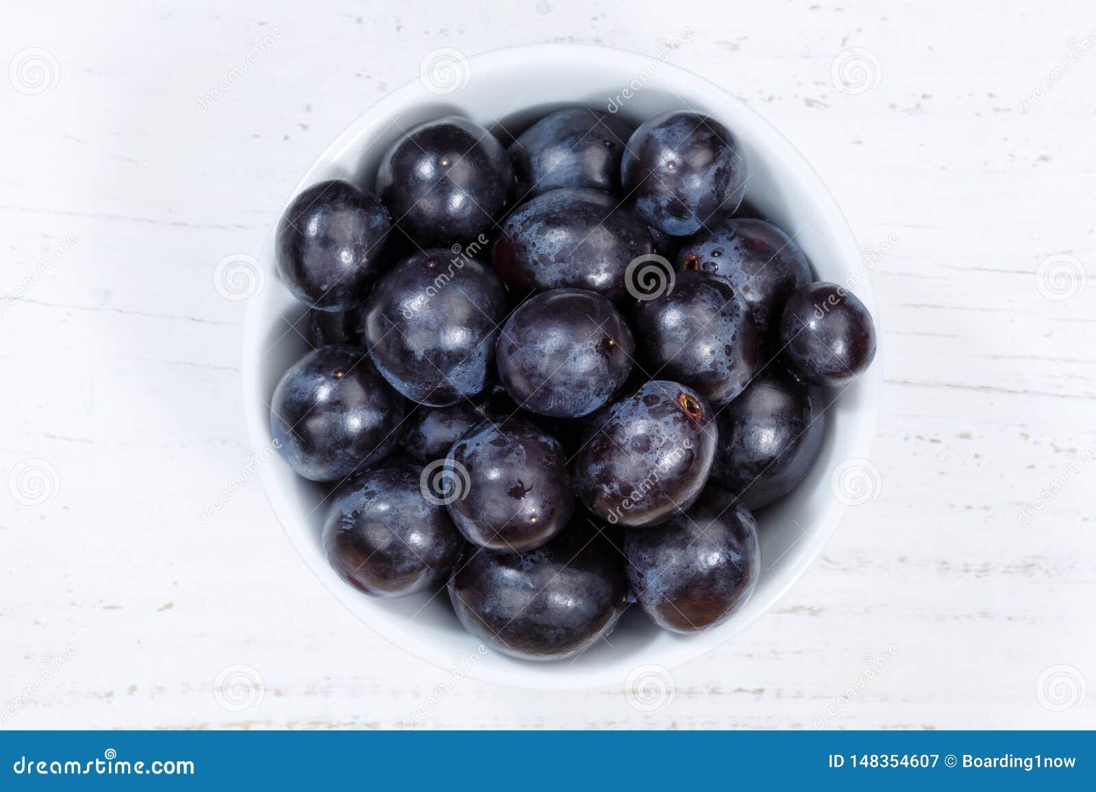 Плоды виноградин голубые приносят плоды сверху доска шара деревянная