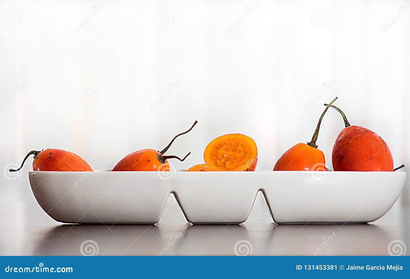 Плод betaceum- Solanum экзотический тропический вызвал томат дерева с белой предпосылкой