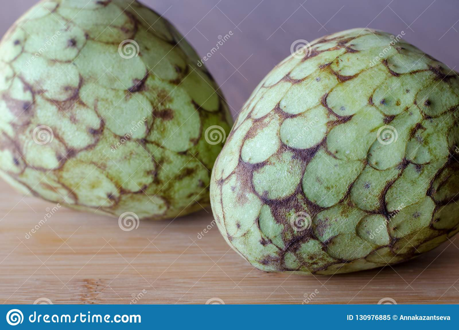 Плод Cherimoya на предпосылке деревянного стола 2 cherimoyas clos