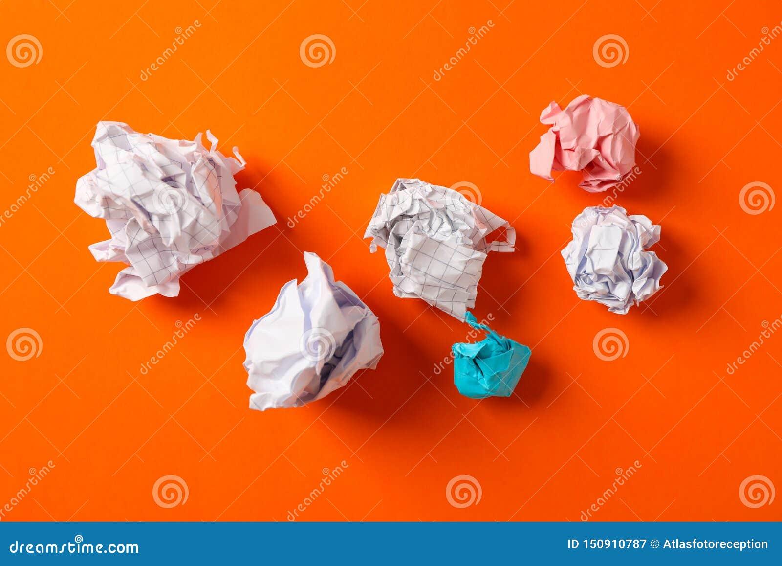 Плоский положенный состав со скомканными бумажными шариками на предпосылке цвета