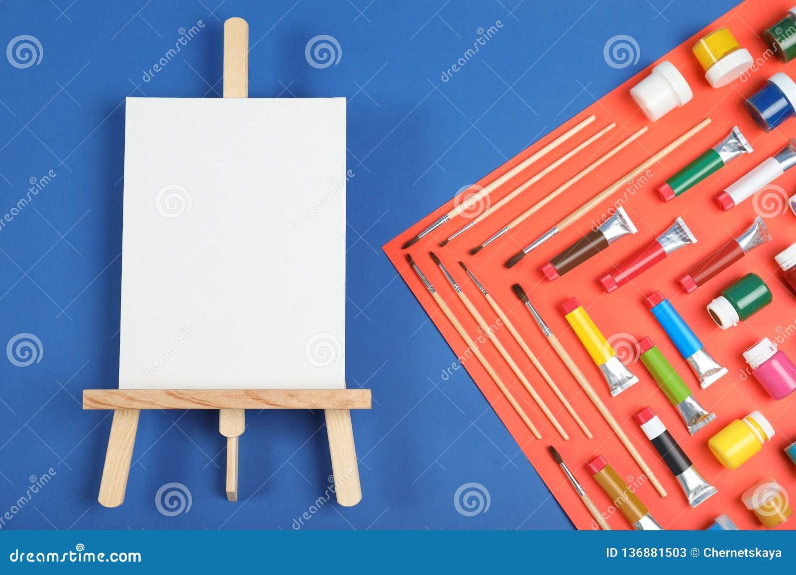 Плоский положенный состав с набором крася инструментов для детей