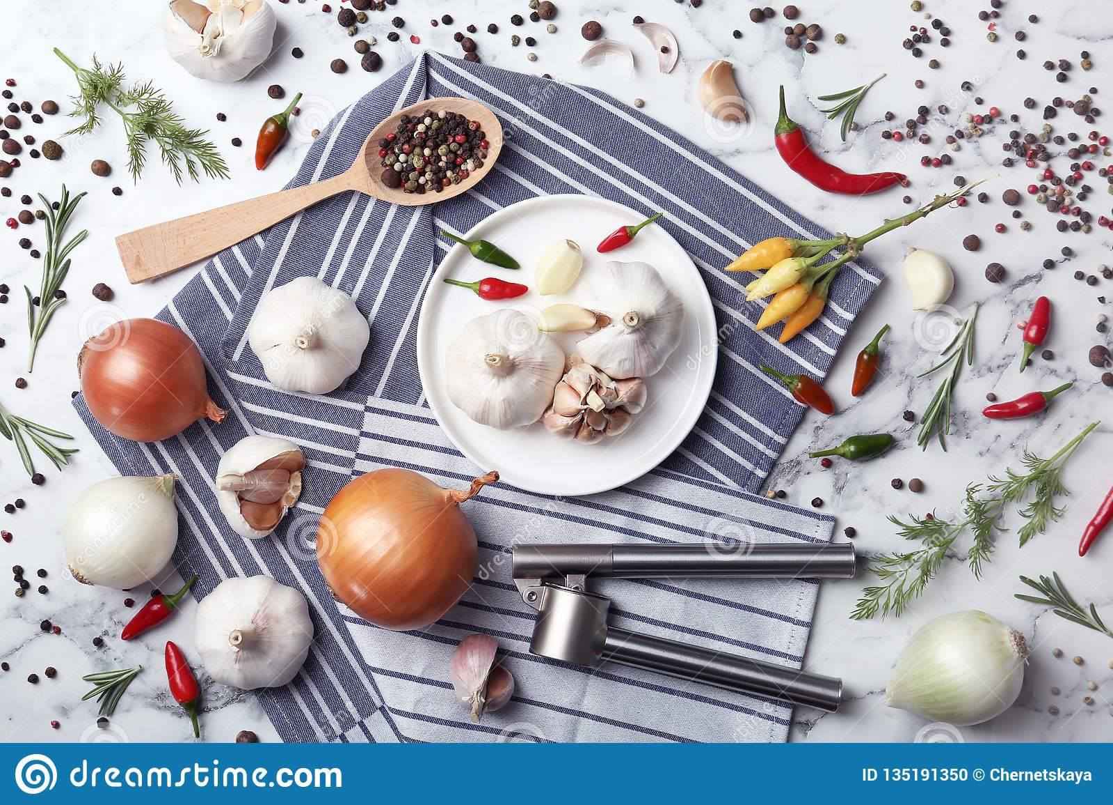 Плоский положенный состав с чесноком, перцами и луками