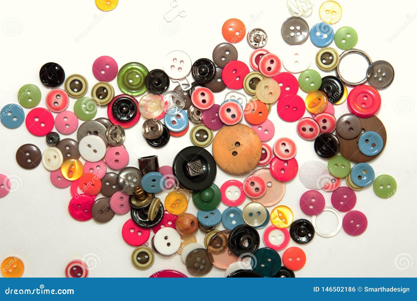 Плоско положите с красочными шить кнопками, насмешливыми вверх, взгляд сверху Модель-макет кнопок плана на пустой белой предпосыл