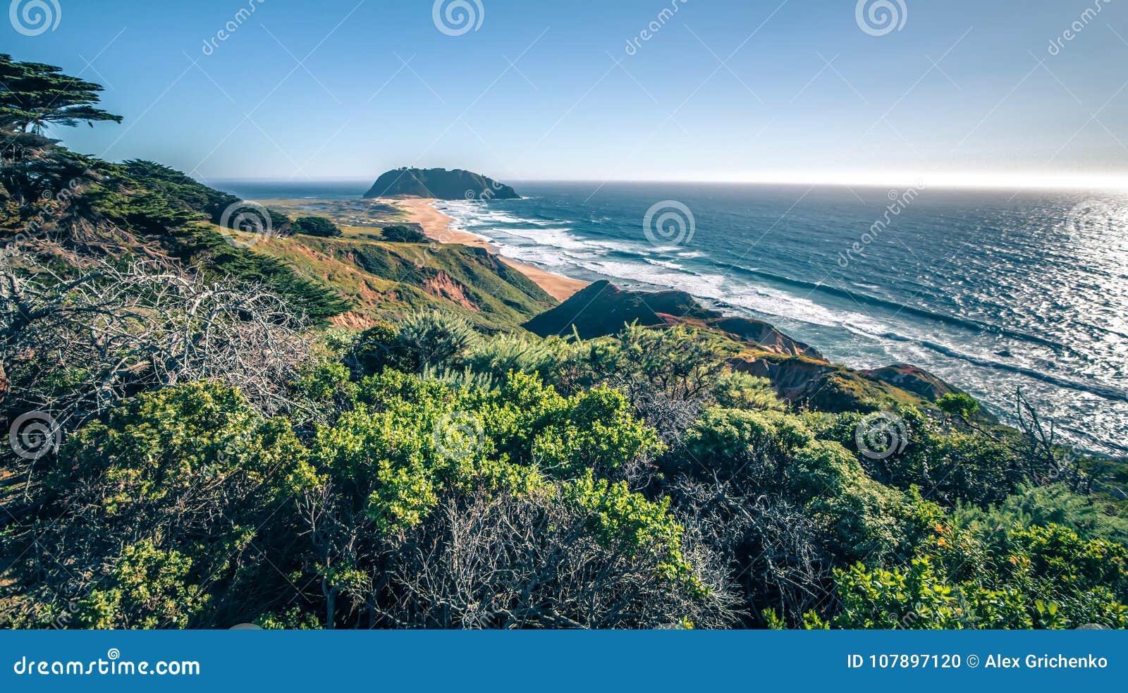 Пляжи и ландшафты большого sur Тихого океана прибрежные