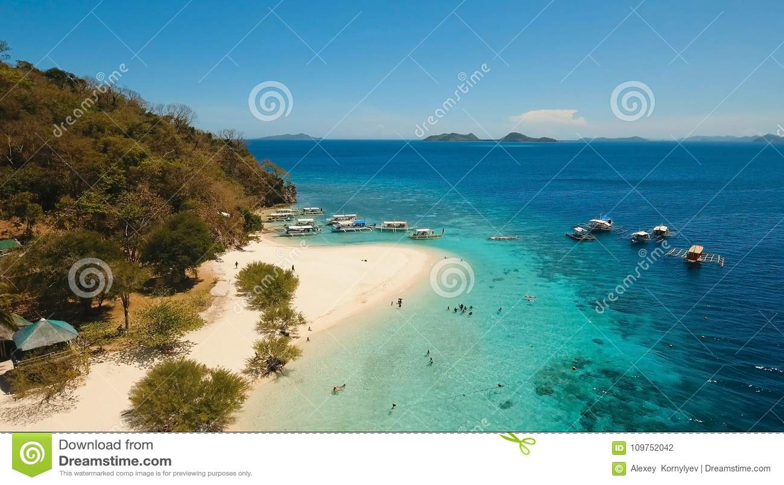 Пляж вида с воздуха красивый на тропическом банане острова philippines