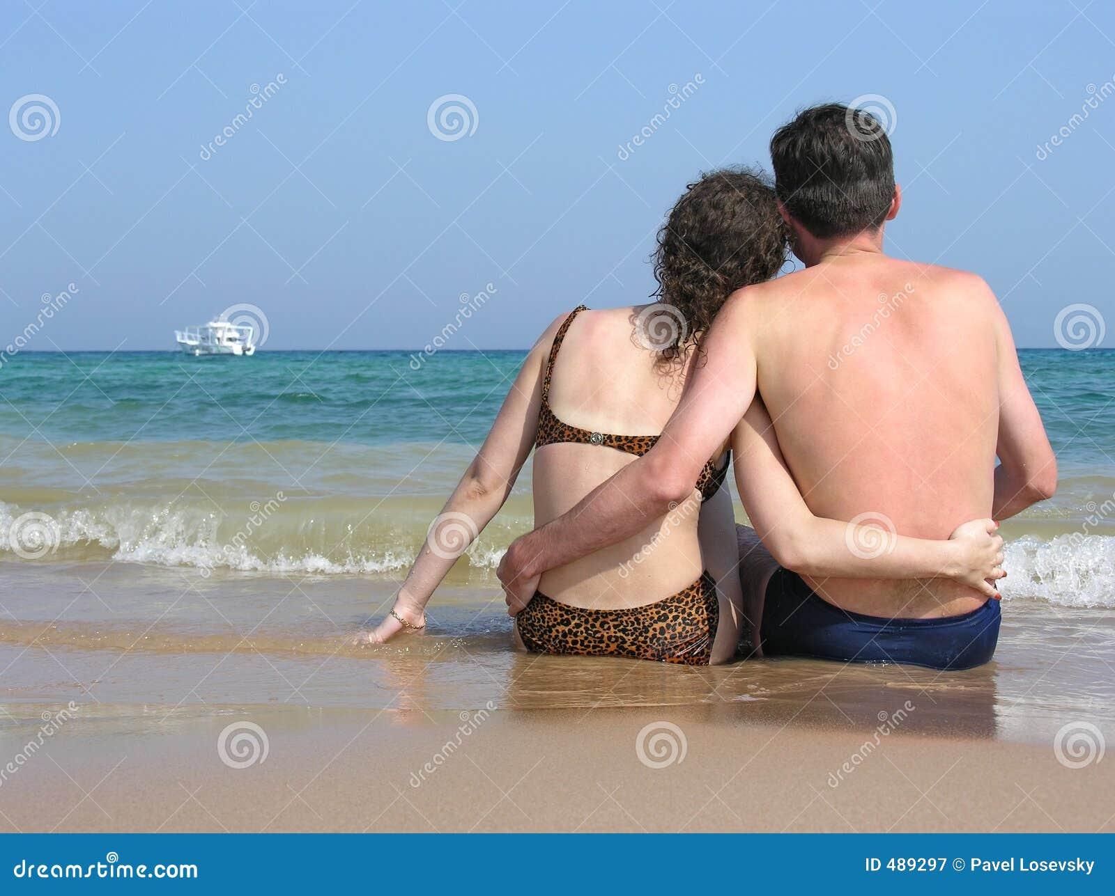 пляж за парами сидит