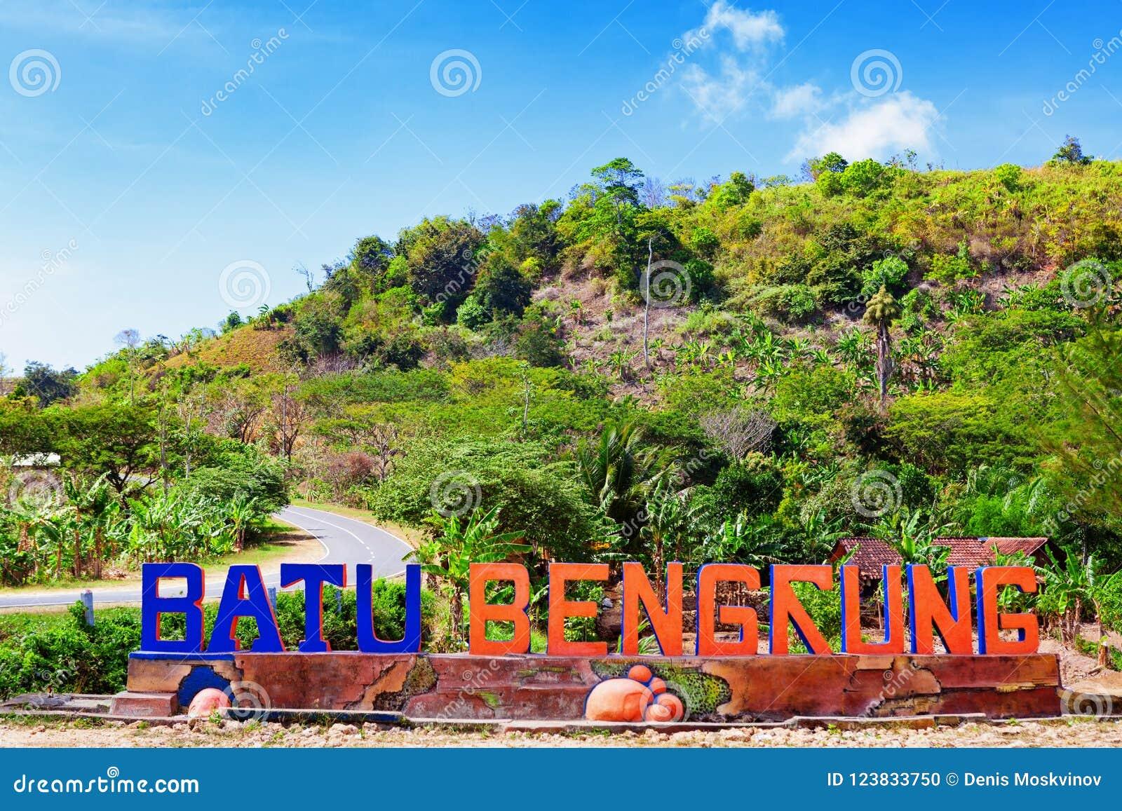 Пляж моря Pantai Bengkung и рекреационный парк очаровывают доску знака